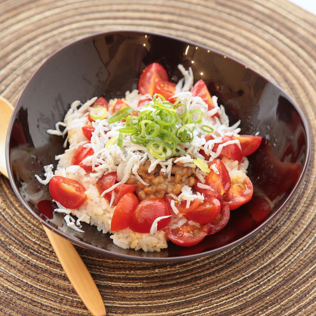 のせるだけで簡単、5分で完成「トマト・しらす・納豆のダイエット簡単腸食ごはん」