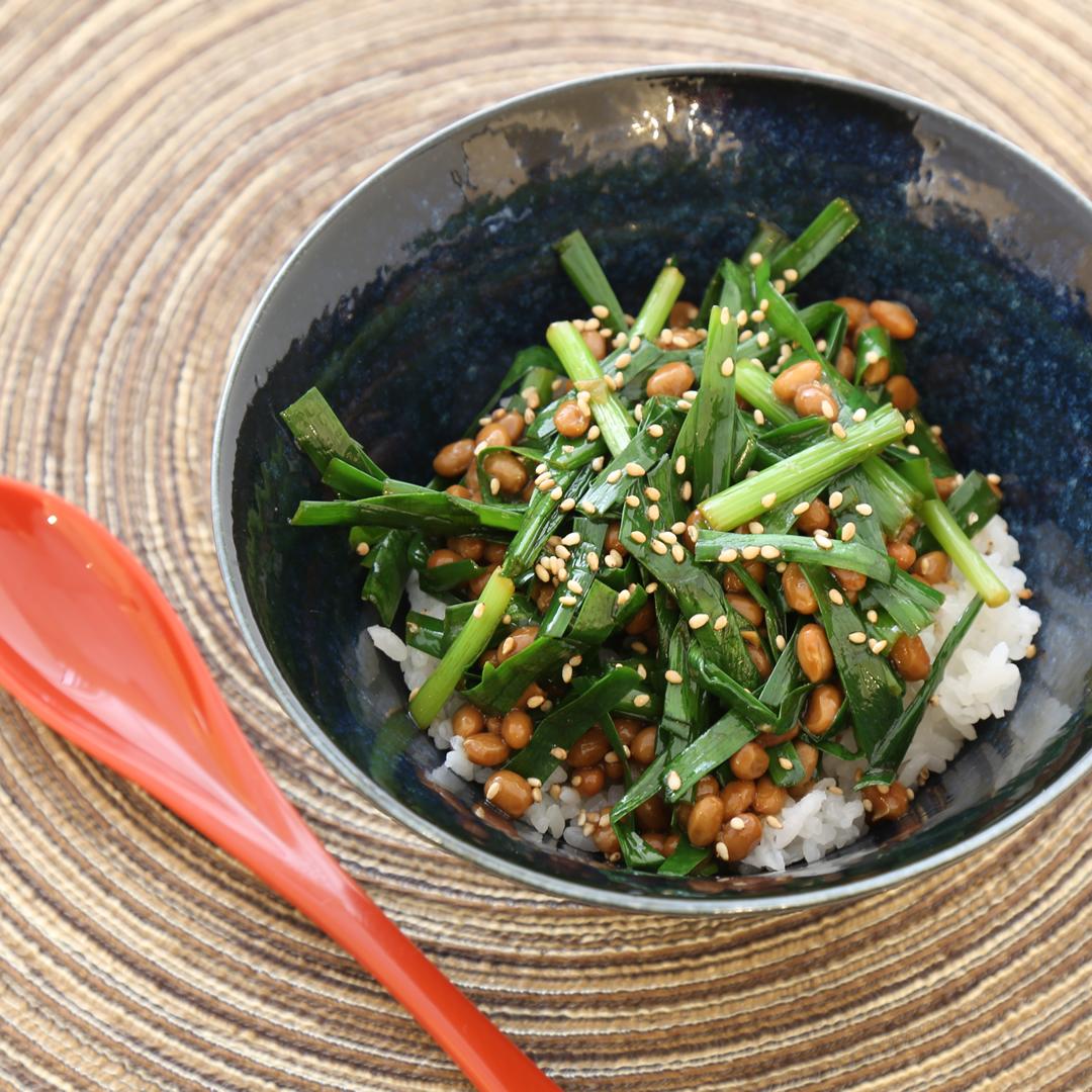 レンジで簡単、8分で完成「ニラ納豆丼」