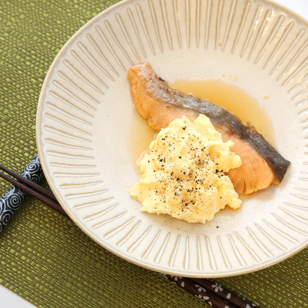 レンジで簡単、5分で完成「コンビニ焼き鮭とたまごサラダのソテー風」