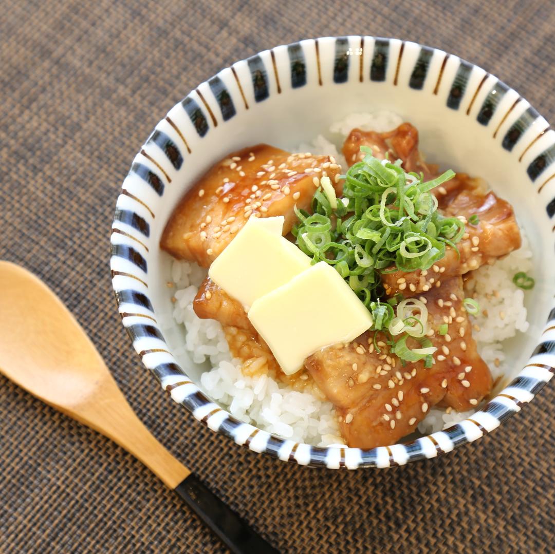 レンジで簡単、5分で完成「コンビニ豚角煮のバターご飯大盛り」