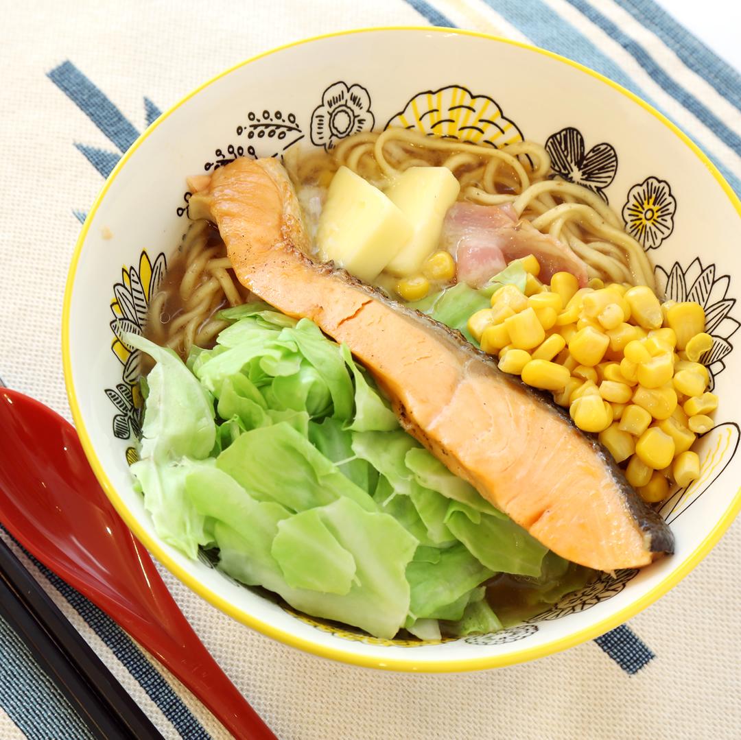 インスタントラーメンで簡単、8分で完成「北海道に近づきたい、鮭バターコーン味噌ラーメン」@ズボラ飯