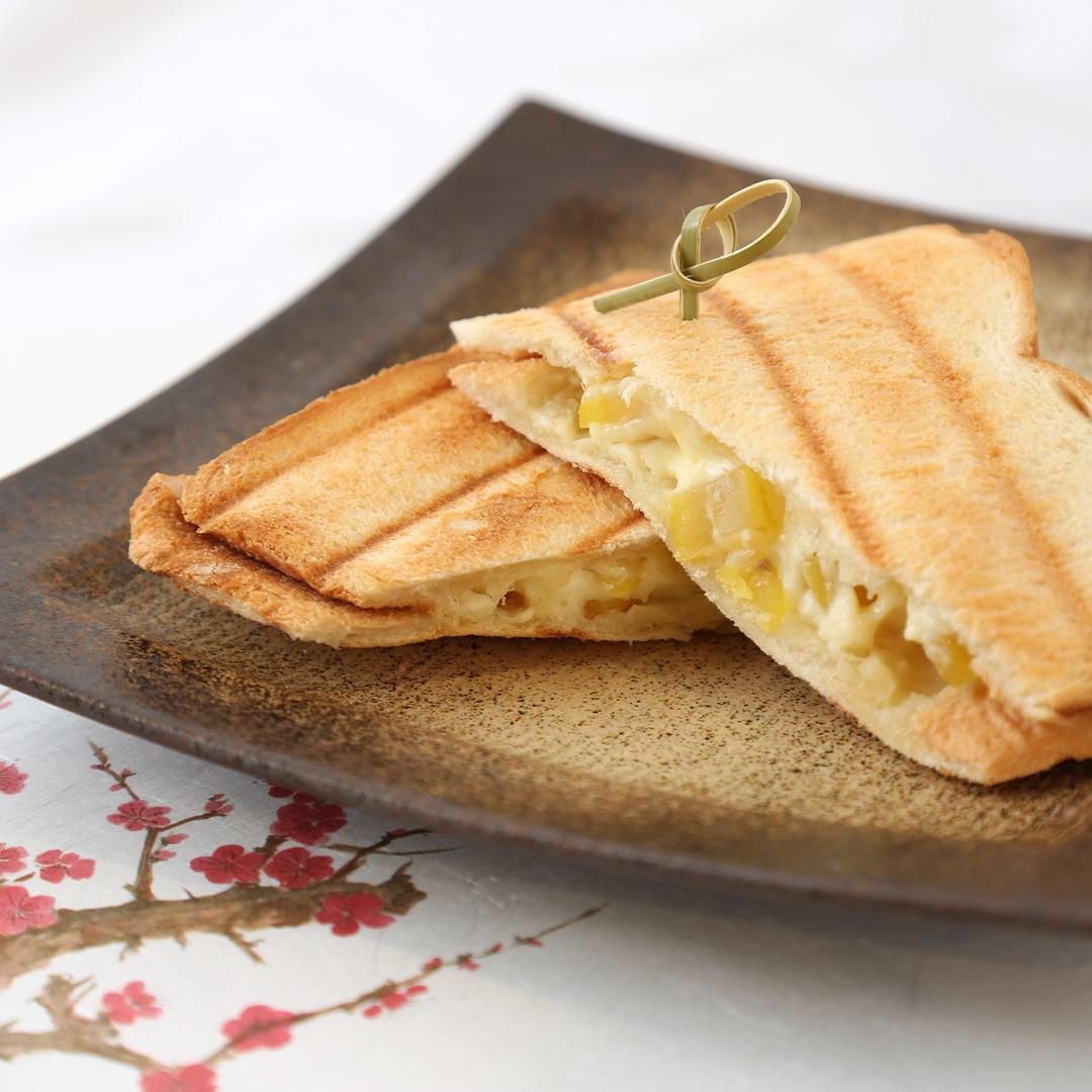 ホットサンドメーカーで簡単、8分で完成「栗の甘露煮とクリームチーズのホットサンド」@ズボラ飯