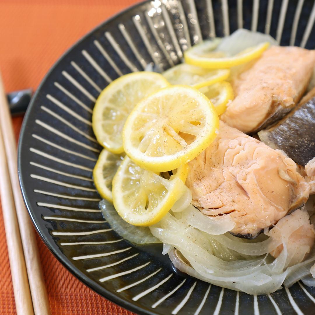 レンジで簡単、12分で完成「鮭と玉ねぎとレモンの簡単蒸し」@ズボラ飯