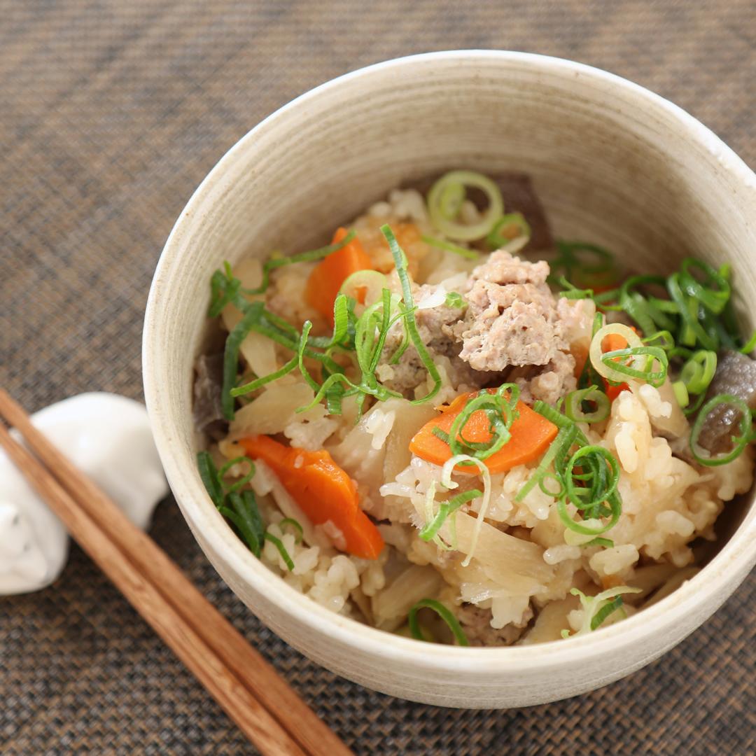 炊飯器で簡単、調理時間8分「合い挽き肉と根菜の炊き込みご飯」@ズボラ飯
