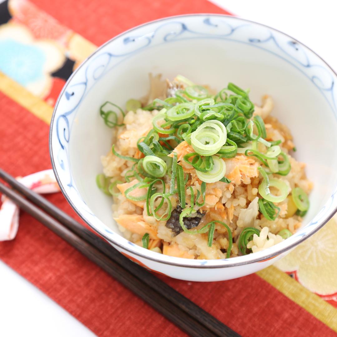 炊飯器で簡単、調理時間8分「焼き鮭と舞茸のおもちごはん」@ズボラ飯