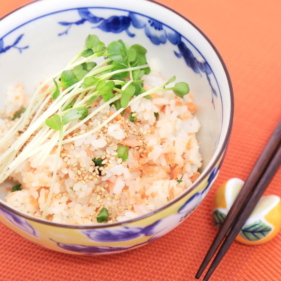 レンジで簡単、5分で完成「鮭フレークとアスパラの混ぜご飯」@ズボラ飯