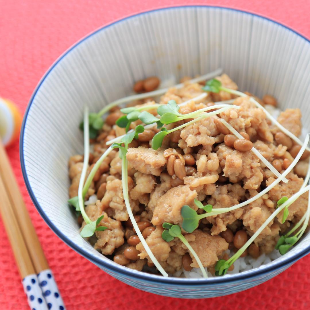 レンジで簡単、5分で完成「鶏ひき肉と納豆カラシ丼」@ズボラ飯