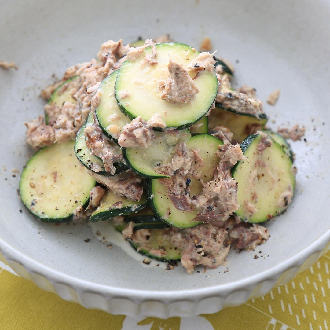 混ぜるだけで簡単、調理時間5分「ズッキーニとサバ缶の簡単サラダ」