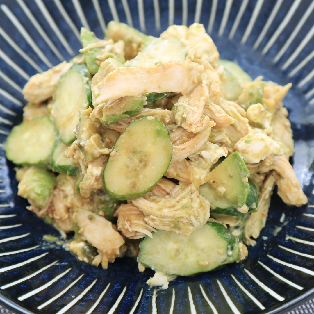 混ぜるだけで簡単、5分で完成「サラダチキンとアボカドの満腹サラダ」