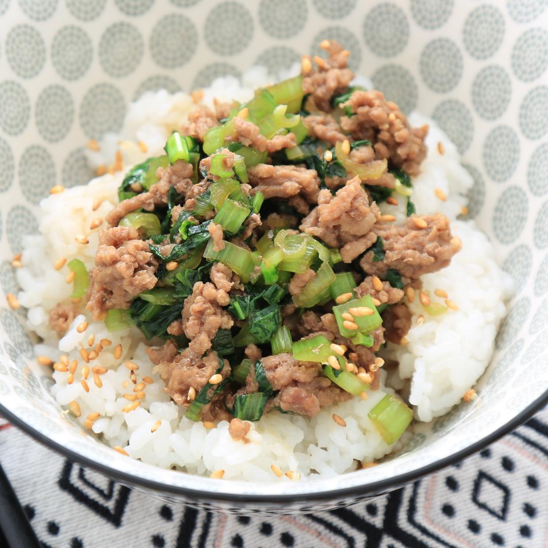 レンジで簡単、5分で完成「小松菜とひき肉丼」@ズボラ飯