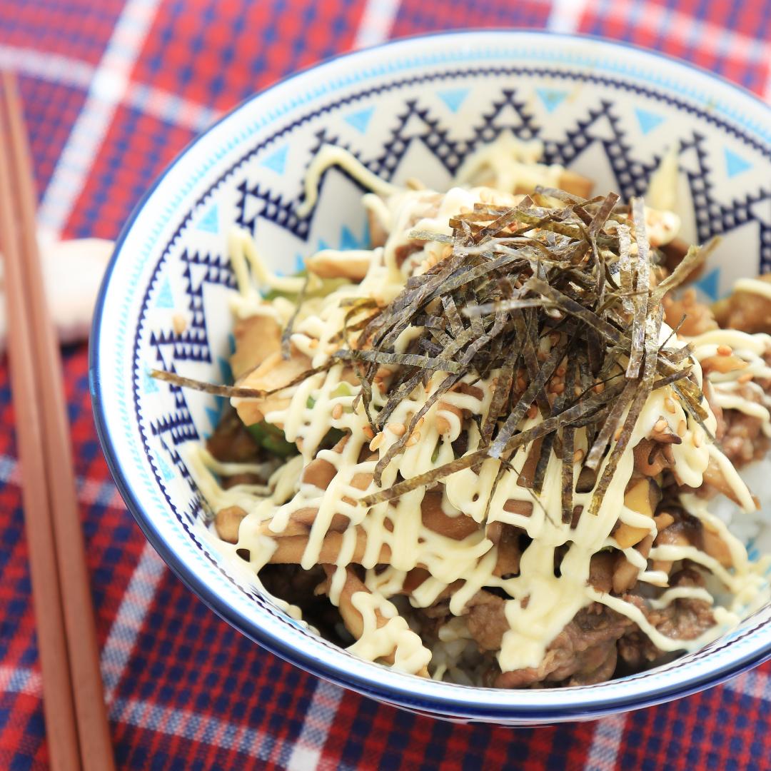 レンジで簡単、5分で完成「牛肉舞茸アボカド丼」@ズボラ飯