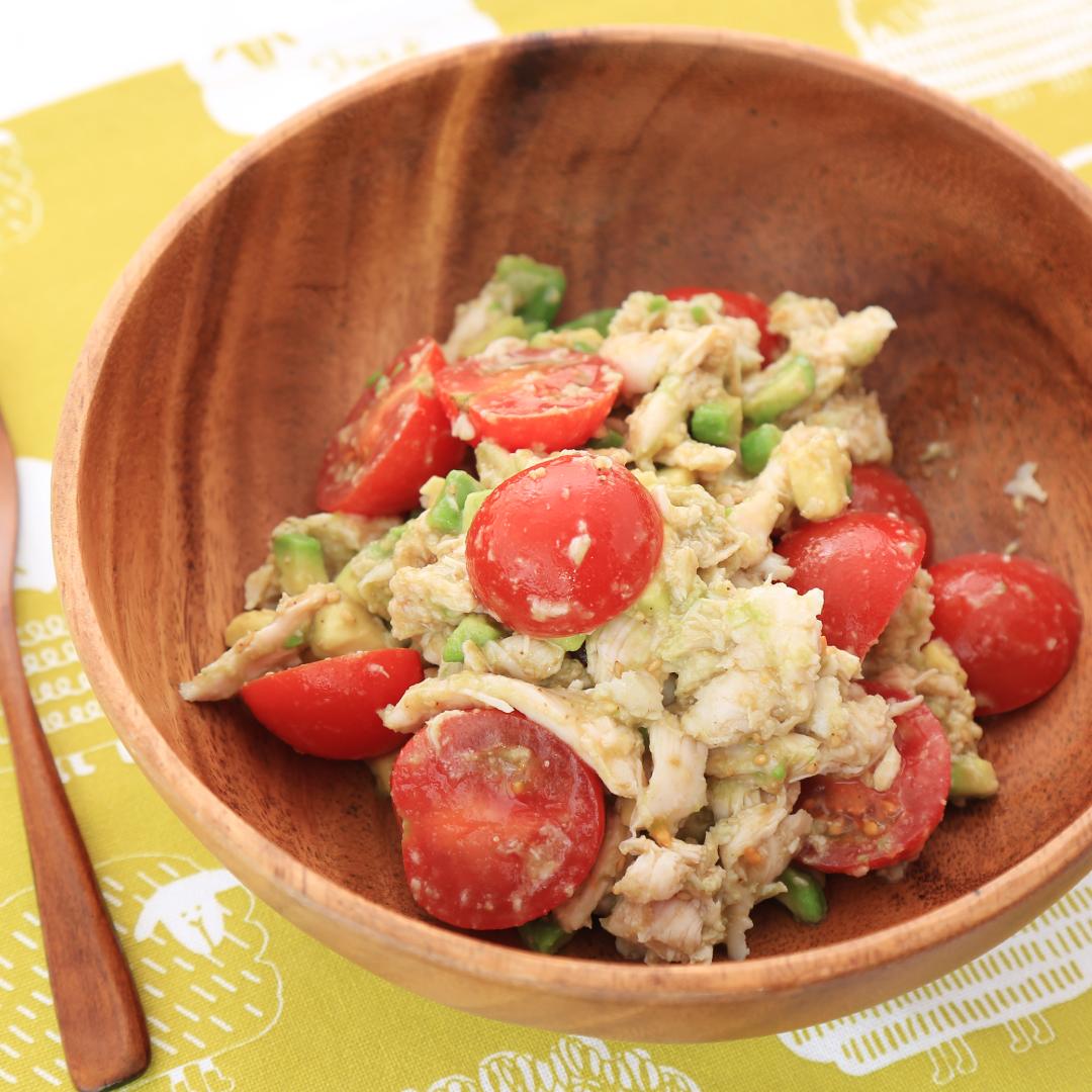 混ぜるだけで簡単、7分で完成「アボカド とサラダチキンとミニトマトのダイエットサラダ」@ズボラ飯