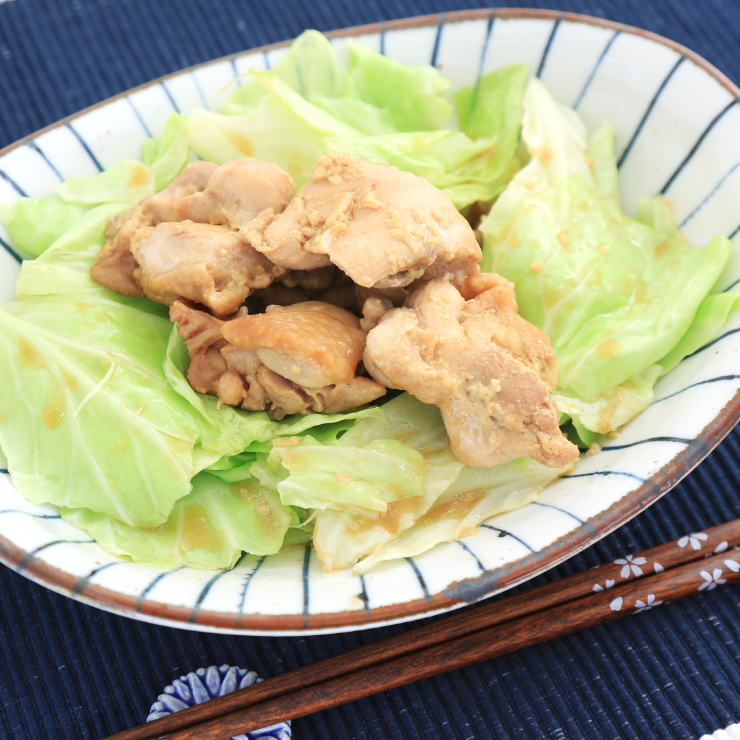 電子レンジで簡単、10分で完成「鶏もも肉のキャベツ味噌マヨ炒め」@ズボラ飯