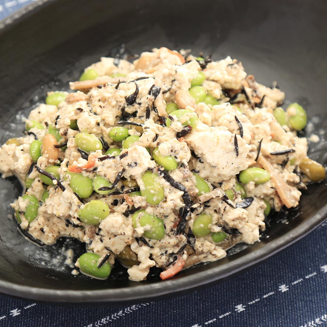 混ぜるだけで簡単、5分で完成「コンビニひじき煮と枝豆と豆腐のダイエットサラダ」@ズボラ飯