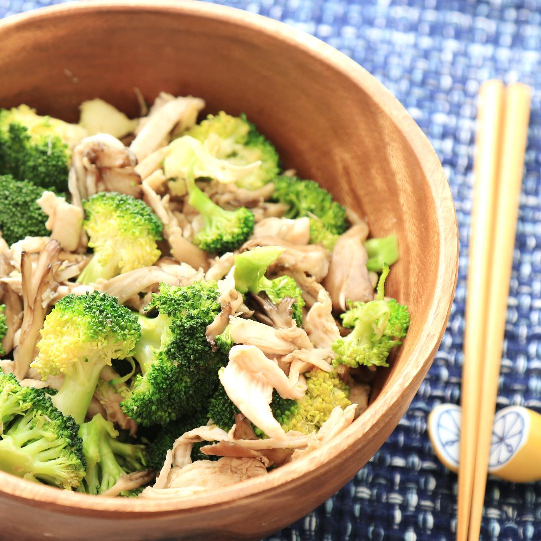 電子レンジで簡単、10分で完成「サラダチキンとブロッコリーときのこのダイエット温サラダ」@ズボラ飯