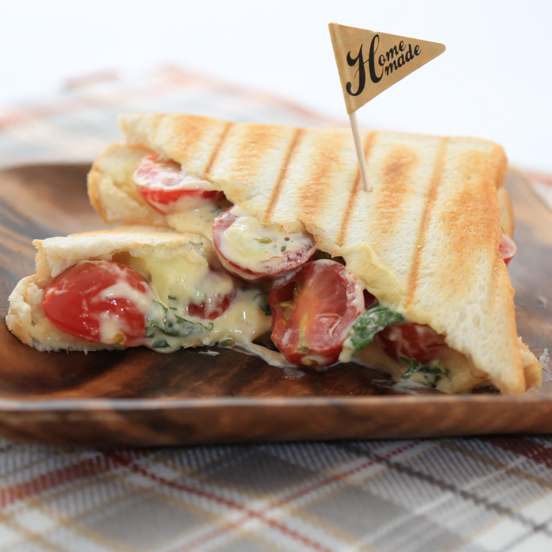 ホットサンドメーカーで簡単、5分で完成「大葉とトマトとチーズのホットサンド」@ズボラ飯