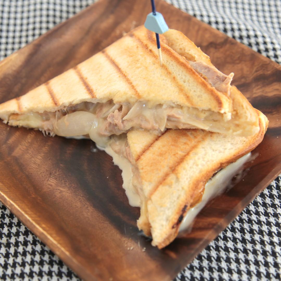 ホットサンドメーカーで簡単、5分で完成「玉ねぎツナチーズホットサンド」@ズボラ飯