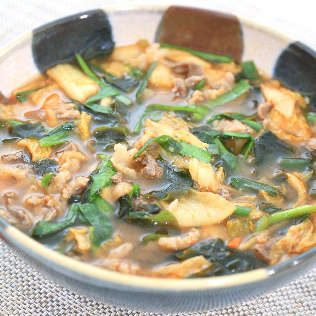 電子レンジで簡単、10分で完成「わかめと牛肉とキムチのスープ」@ズボラ飯
