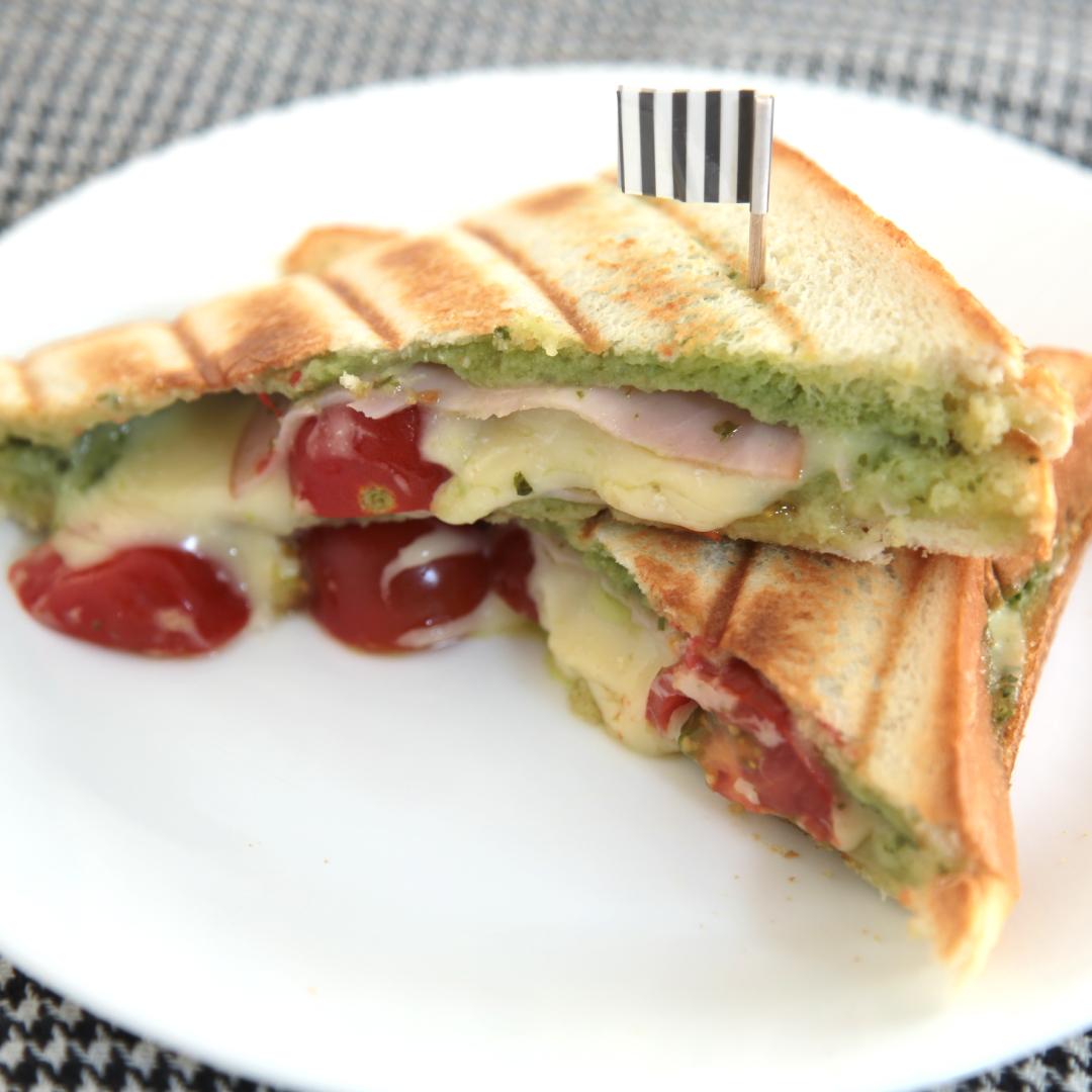 ホットサンドメーカーで簡単、8分で完成「バジルとチーズとトマトのパニーニ風」@ズボラ飯