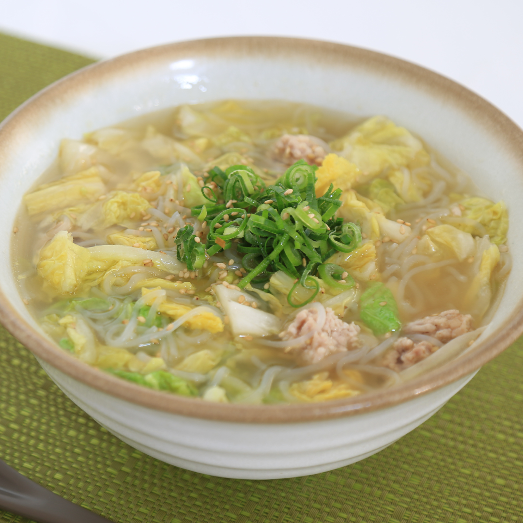 電子レンジで簡単、8分で完成「白菜と鶏ひき肉の糸こんにゃくのスープ」@ズボラ飯