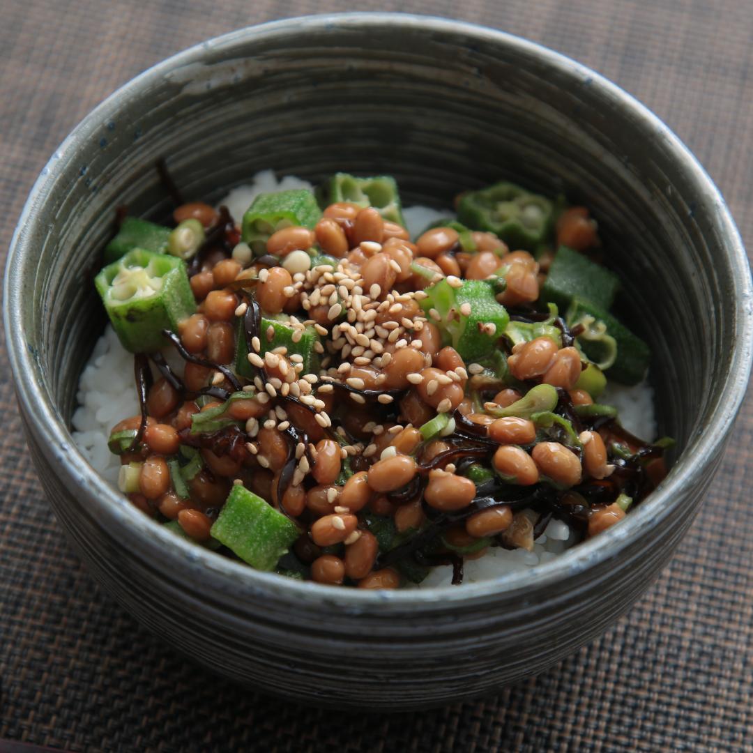 レンジで簡単、5分で完成「おくら納豆丼」@ズボラ飯